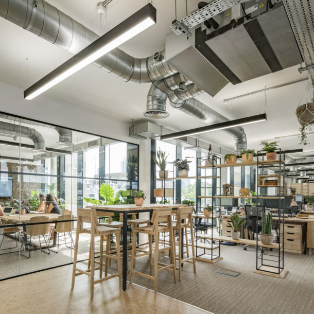 Jacada Travel wanted to embrace biophilic design in their nature-inspired workspace expansion, so they called on Forest & Maker.